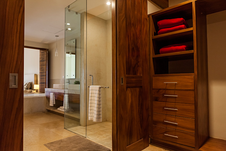 Phòng thay đồ phong cách hiện đại bởi MORADA CUATRO Hiện đại