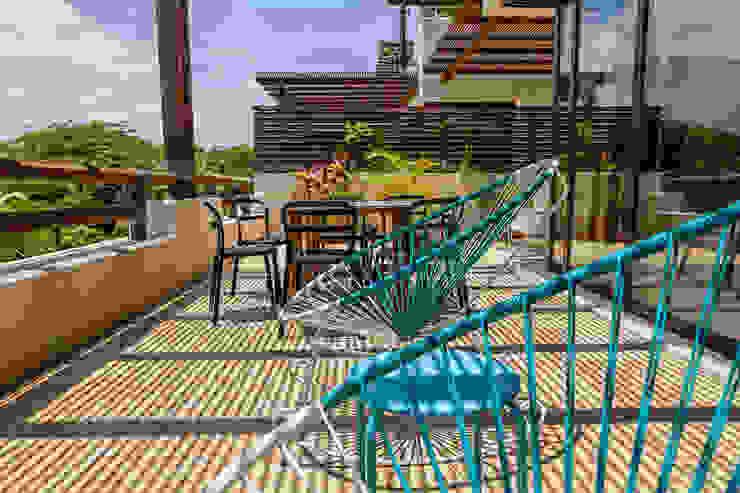 Modern balcony, veranda & terrace by MORADA CUATRO Modern