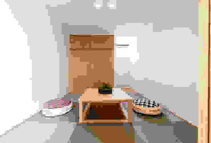 Modern media room by STaD(株式会社鈴木貴博建築設計事務所) Modern