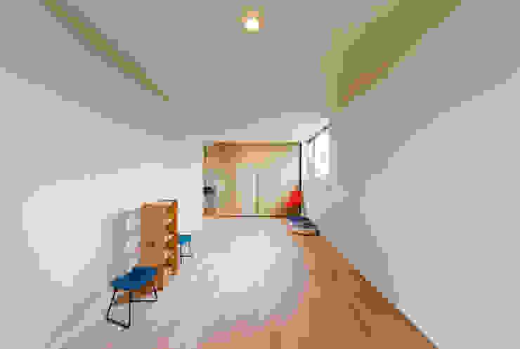 Stanza dei bambini in stile  di STaD(株式会社鈴木貴博建築設計事務所)