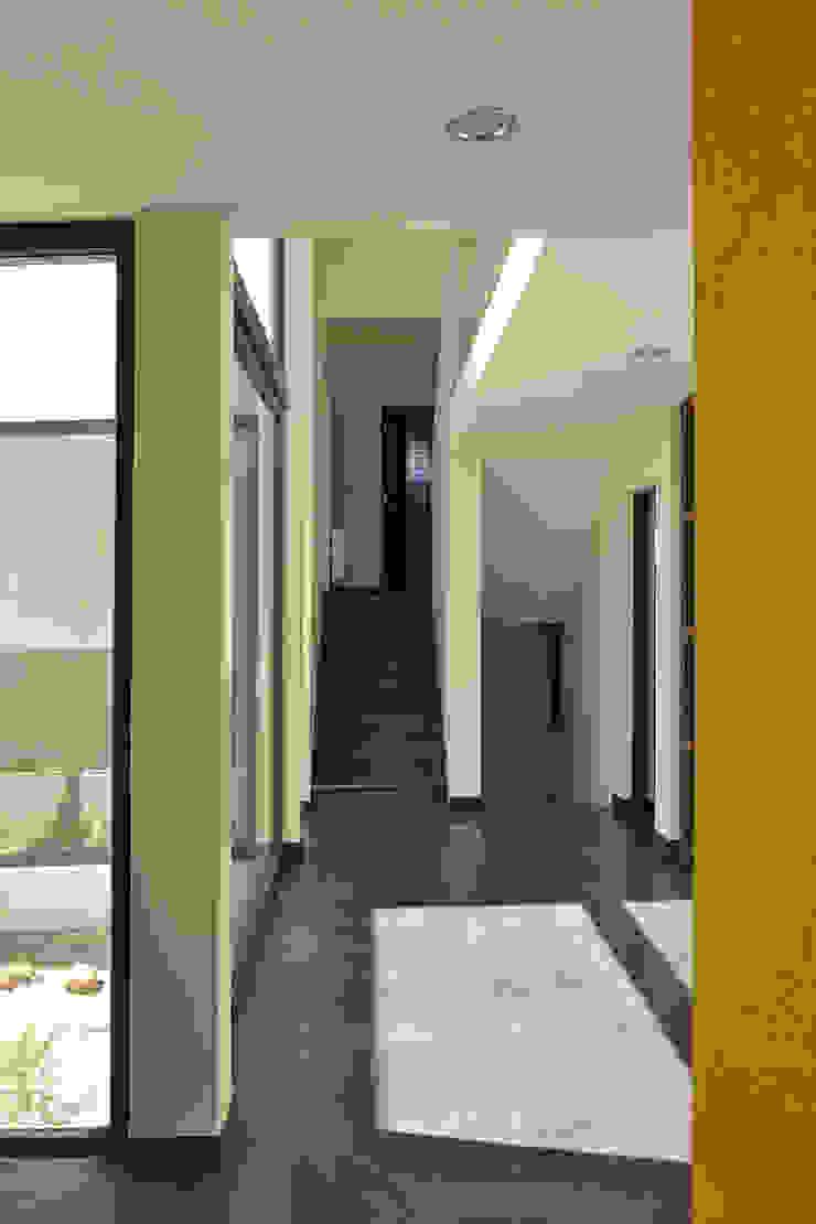 Casa en Pendiente 1 Pasillos, vestíbulos y escaleras modernos de Marcelo Roura Arquitectos Moderno Concreto