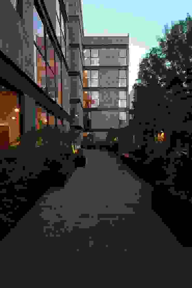 Plaza Central Pasillos, vestíbulos y escaleras modernos de Wolff Arquitectura Moderno Piedra