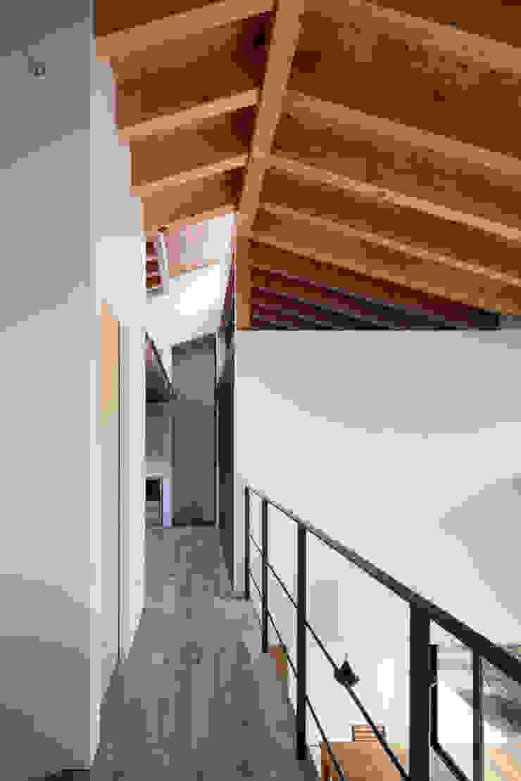 Couloir, entrée, escaliers originaux par 井上久実設計室 Éclectique