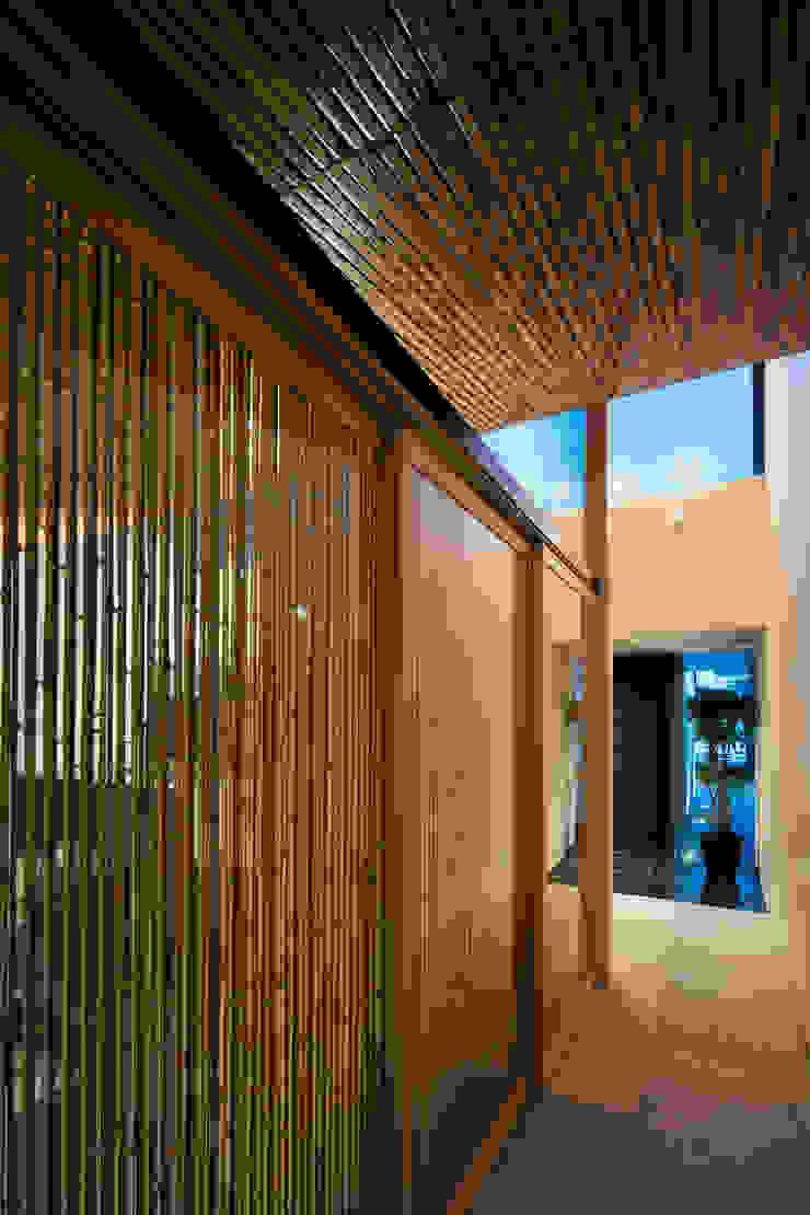 Hành lang, sảnh & cầu thang phong cách chiết trung bởi 井上久実設計室 Chiết trung
