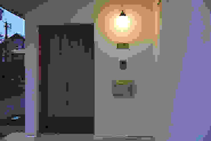 Pasillos, vestíbulos y escaleras modernos de さくま建築設計事務所 Moderno Madera maciza Multicolor
