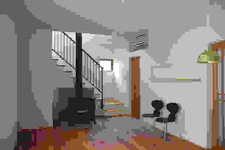 Salones modernos de さくま建築設計事務所 Moderno