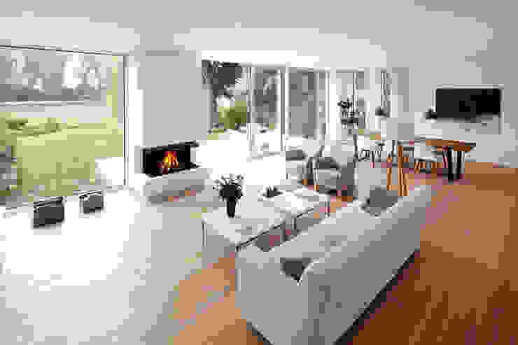 Blick zum Kamin Lioba Schneider Architekturfotografie Moderne Wohnzimmer
