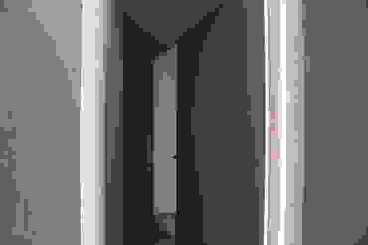 Minimalist corridor, hallway & stairs by RO|a_ Minimalist