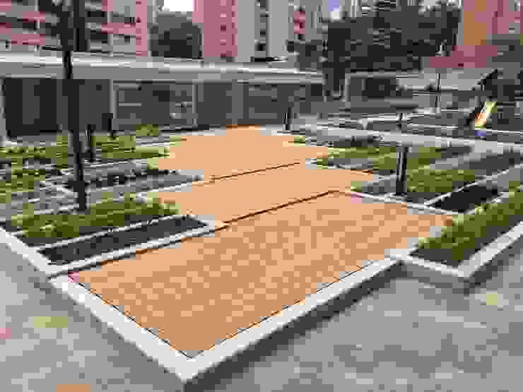 Terraza con deck y jardín. Se utiliza el sistema de impermeabilización especial de última tecnología. de IMPERMEHABIL