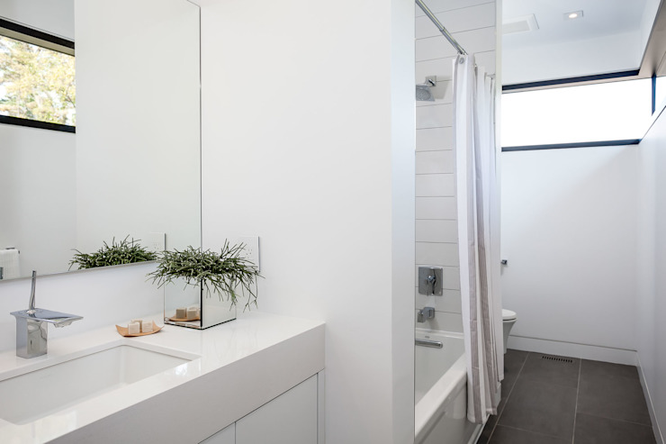 New Build-Staging Modern bathroom by Frahm Interiors Modern