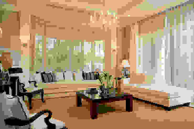 Luxury Family Living Space من Gracious Luxury Interiors كلاسيكي