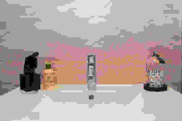 Appartement contemporain à Vienne: Salle de bains de style  par Koya Architecture Intérieure, Moderne