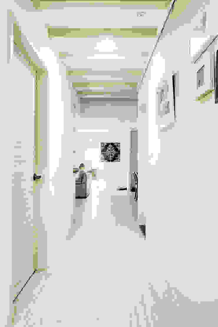 唯創空間設計公司 Scandinavian style corridor, hallway& stairs