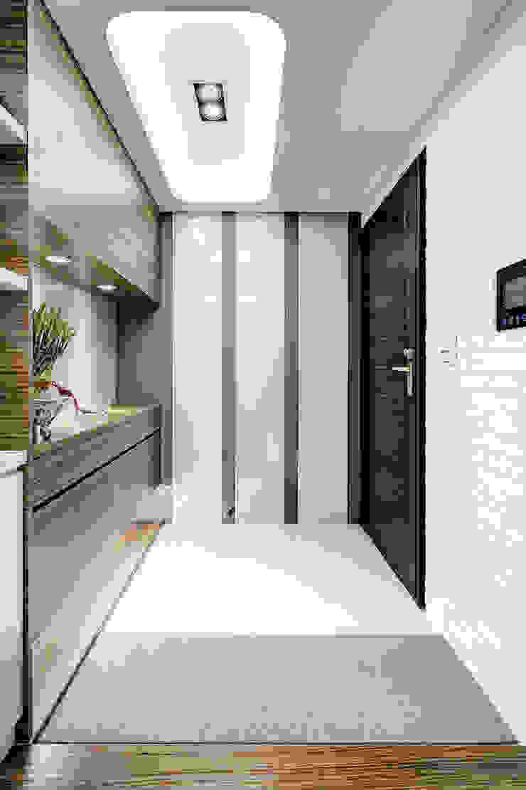 新莊-明日城 現代風玄關、走廊與階梯 根據 唯創空間設計公司 現代風