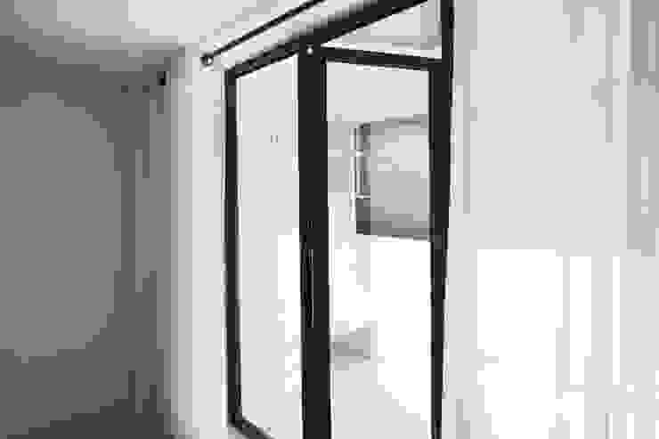 Puertas y ventanas de estilo moderno de 삼플러스 디자인 Moderno