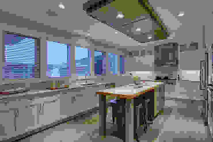 57 Paintbrush Park:  Kitchen by Sonata Design,Modern