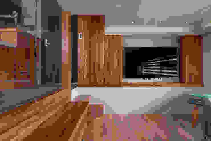 Ruang Keluarga Gaya Eklektik Oleh 磨設計 Eklektik