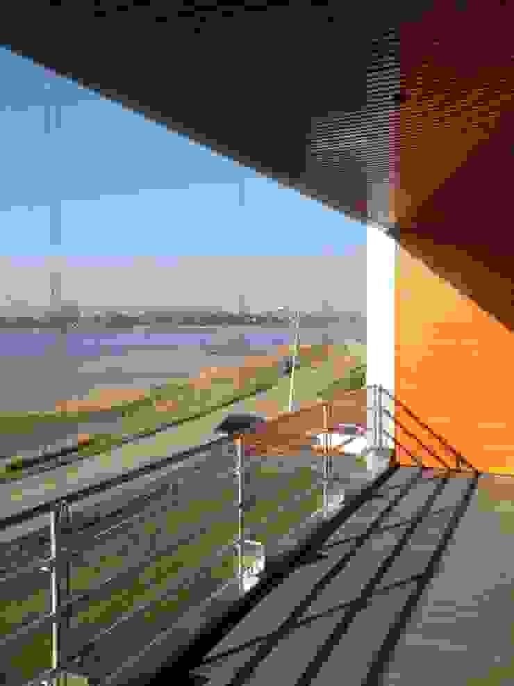 Balcone, Veranda & Terrazza in stile moderno di Brand I BBA Architecten Moderno