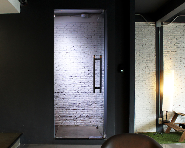 ประตูทางขึ้นชั้น 2 โดย Backyard Construction อินดัสเตรียล