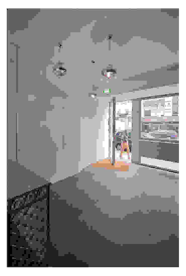 79 Building in Porto Corredores, halls e escadas minimalistas por Pedro Mendes Arquitectos Minimalista