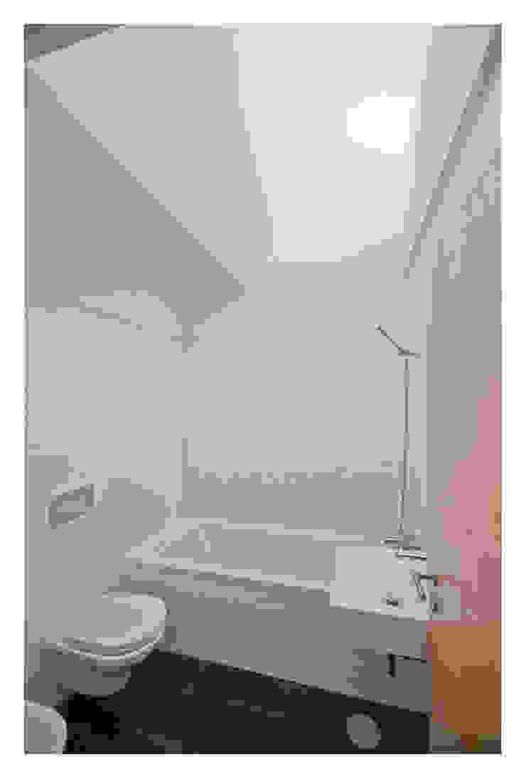 79 Building in Porto Casas de banho minimalistas por Pedro Mendes Arquitectos Minimalista