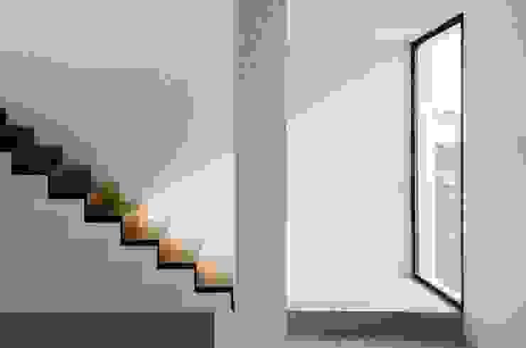 CASA TRN2 Pasillos, vestíbulos y escaleras modernos de ARQUITECTO MAURICIO PIZOLATTO Moderno