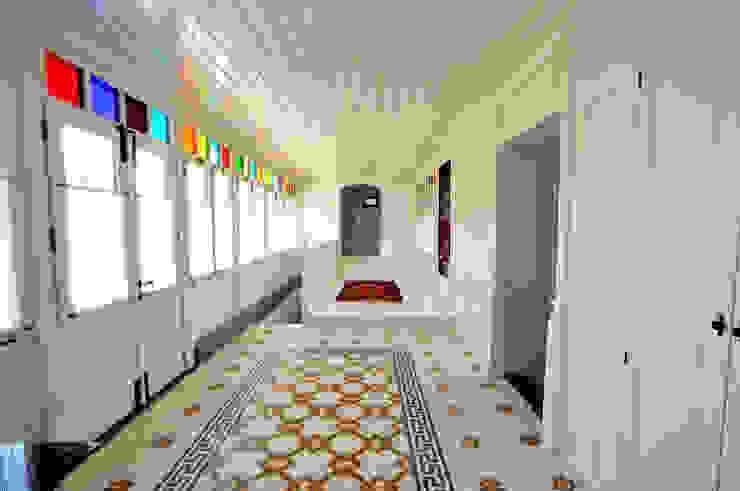 Couloir, entrée, escaliers méditerranéens par homify Méditerranéen