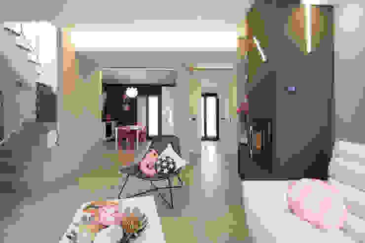Living room open space Soggiorno moderno di Rachele Biancalani Studio Moderno Cemento