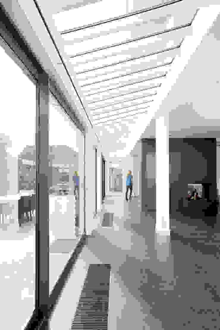 Zeer lichte woonkamer door glazen dak Moderne woonkamers van YA Architecten Modern Hout Hout