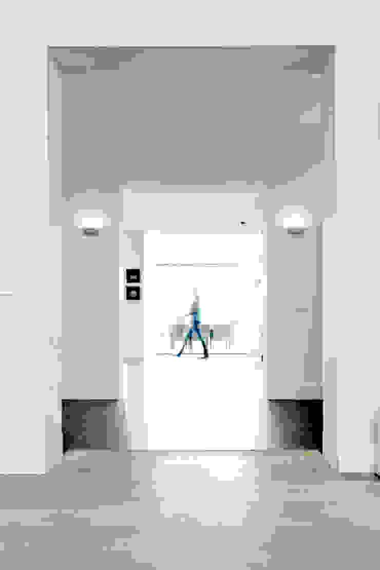 Doorkijk van voorkamer, via hal, woonkamer naar tuin Moderne woonkamers van YA Architecten Modern Glas