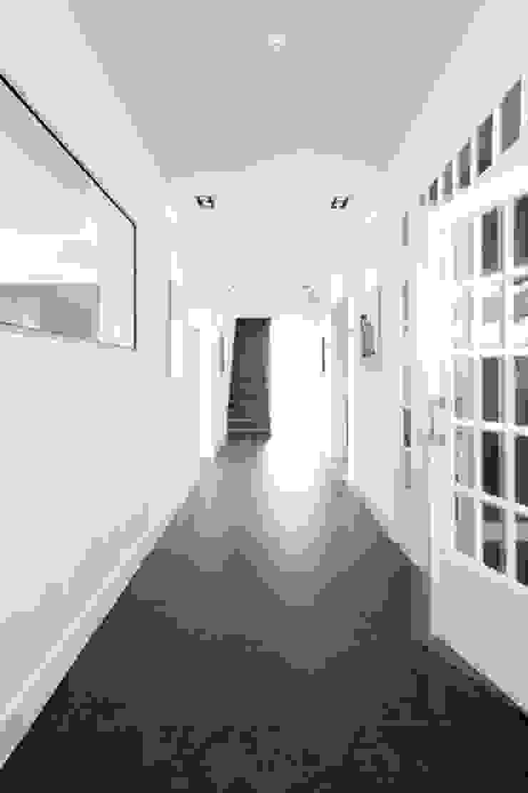 Bestaande hal modern gerenoveerd met oog voor klassiek detail Moderne gangen, hallen & trappenhuizen van YA Architecten Modern Tegels