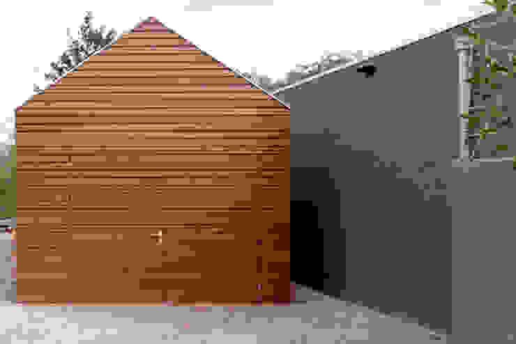 moderne garage dat past bij de uitbouw van de klassieke woning Moderne garage van YA Architecten Modern Hout Hout