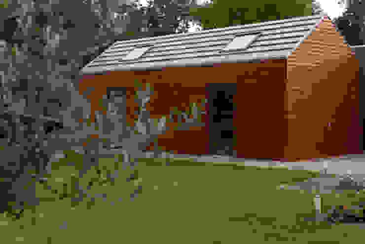 Garage dat past bij de uitbouw van de klassieke woning Moderne garage van YA Architecten Modern