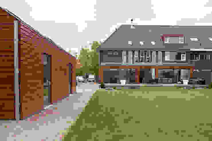 Garage dat past bij de uitbouw van de klassieke woning Moderne gangen, hallen & trappenhuizen van YA Architecten Modern Hout Hout