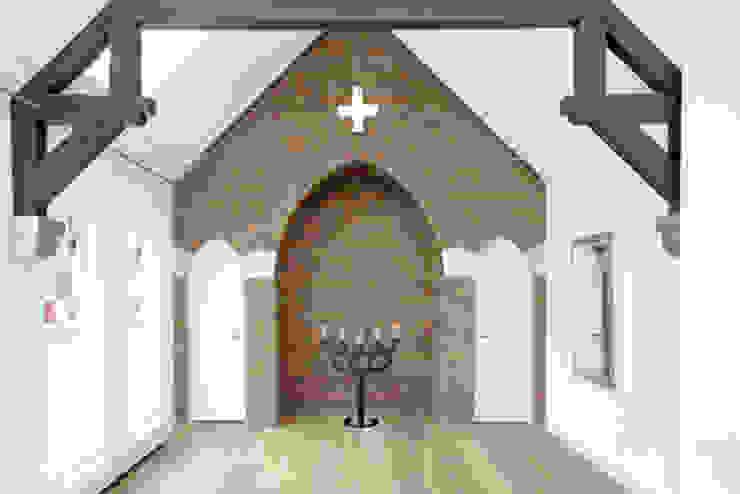 gerenoveerde slaapkamer in oud zusterhuis Moderne slaapkamers van YA Architecten Modern Hout Hout