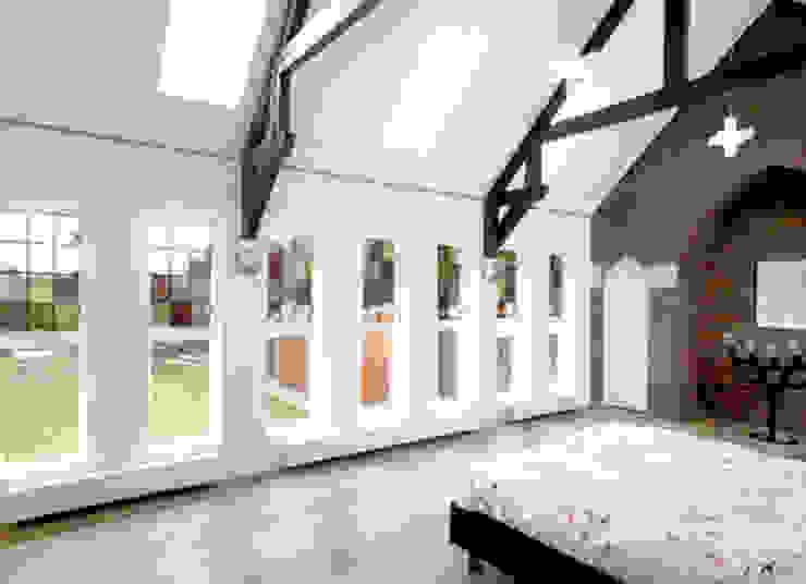 Gerenoveerde slaapkamer in voormalig zusterhuis Moderne slaapkamers van YA Architecten Modern Glas