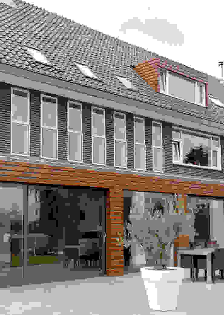 Moderne uitbouw bij voormalig zusterhuis Moderne woonkamers van YA Architecten Modern Hout Hout