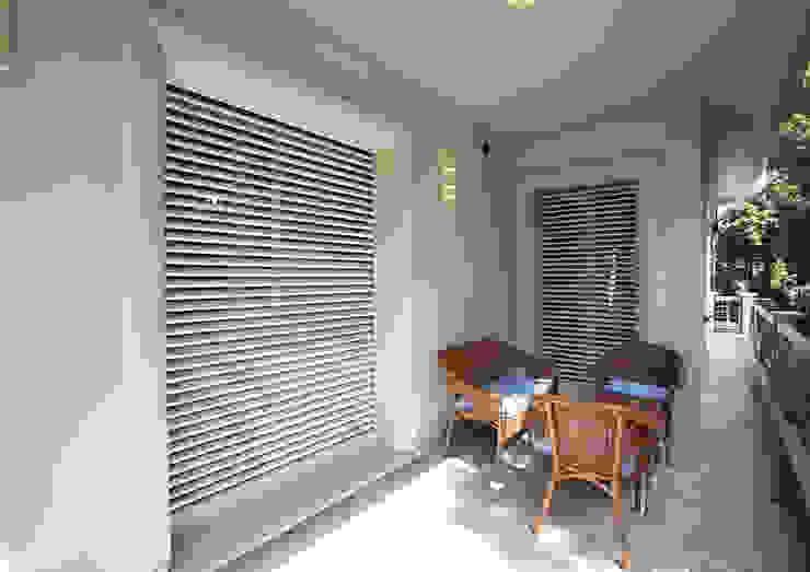 Puertas y ventanas de estilo  por Di.Bi.,