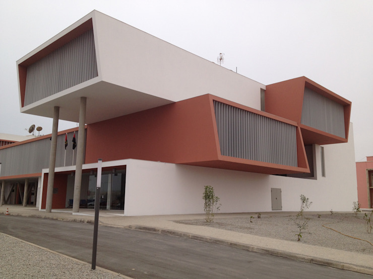 Edificio do Governo Provincial do Namibe . Angola Escritórios modernos por josé abílio arquitecto's Moderno Betão