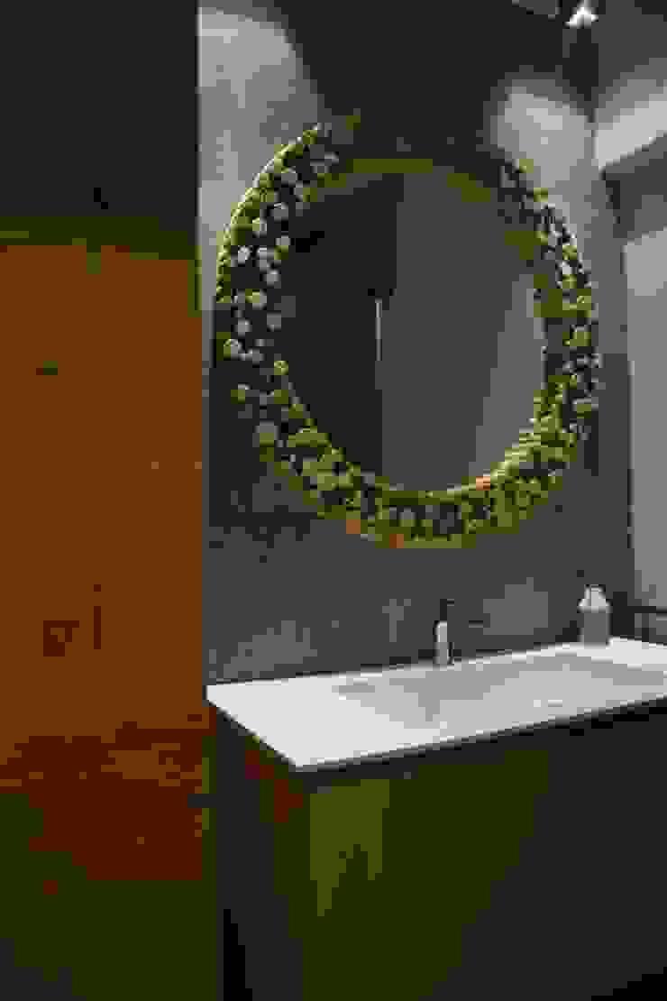 Minimalist style bathroom by RO|a_ Minimalist