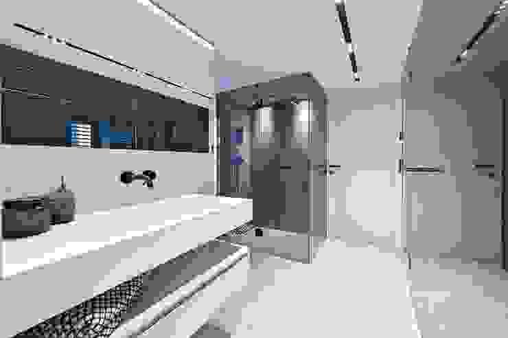 Attico G 43/11 con piscina Vienna Bagno moderno di FADD Architects Moderno