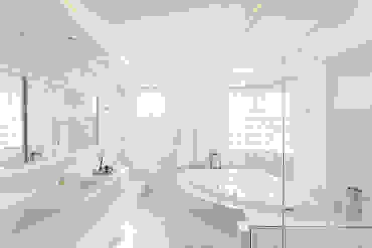 Salle de bains de style  par Cassiana Rubin Arquitetura, Minimaliste Marbre