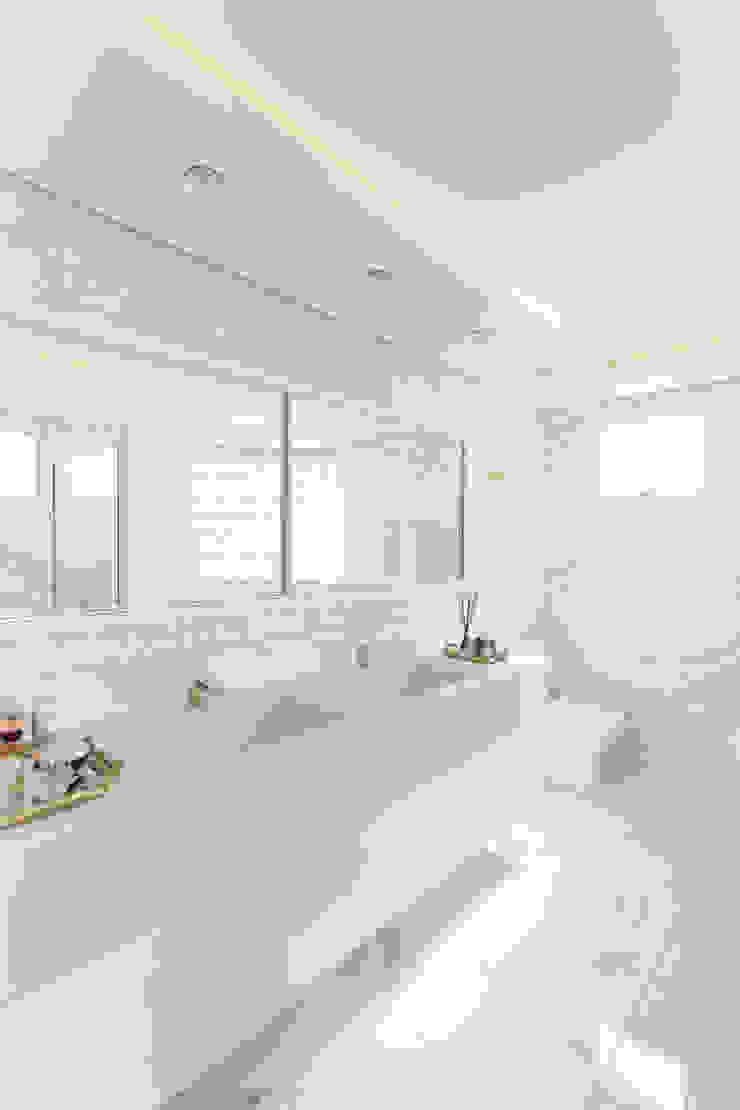 Cassiana Rubin Arquitetura Baños de estilo minimalista Mármol Blanco