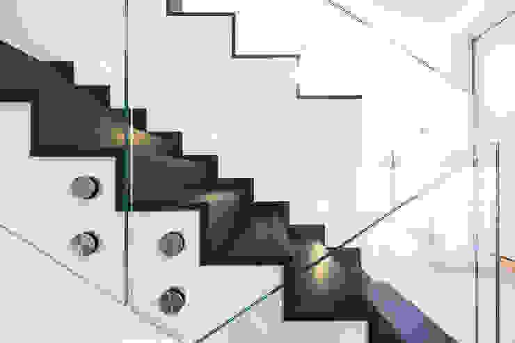 Couloir et hall d'entrée de style  par casaio | smart buildings, Moderne