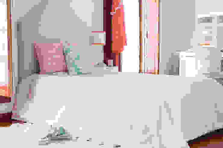 Coral e Aqua quarto de adolescente Quartos de criança modernos por Perfect Home Interiors Moderno