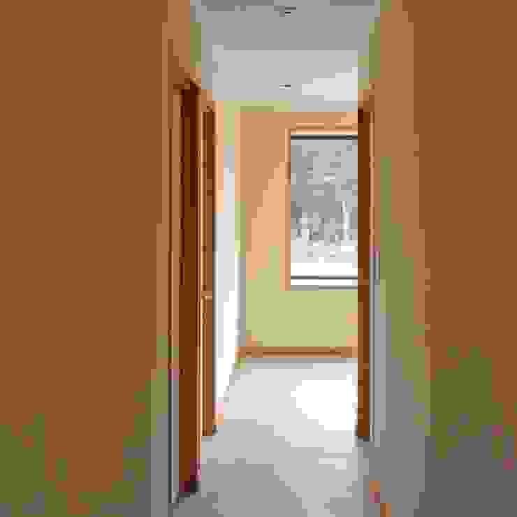 Casa en Talagante Pasillos, halls y escaleras rurales de AtelierStudio Rural