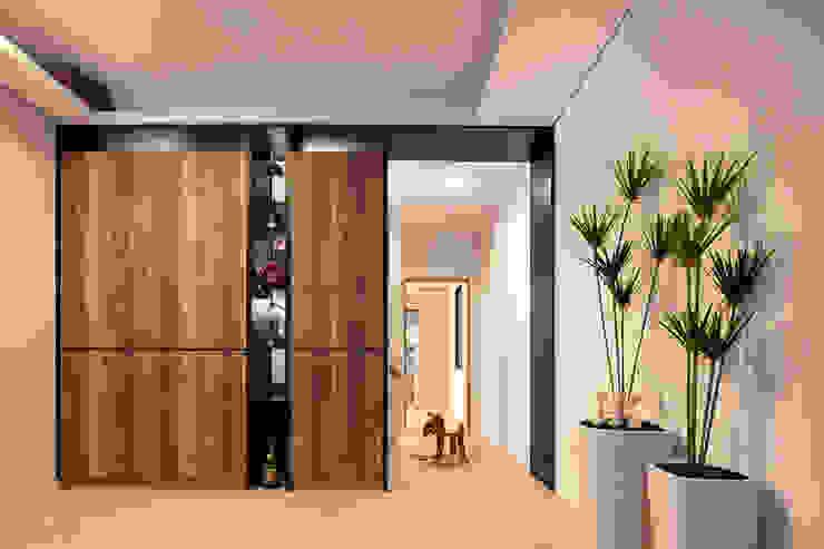 光影交錯的穿透樓梯,屬於都會的樂活休閒宅:  客廳 by 合觀設計