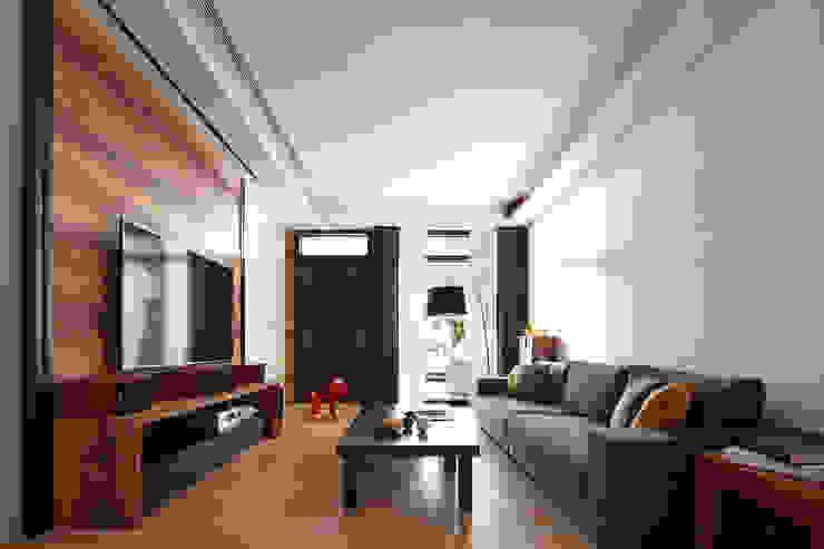 光影交錯的穿透樓梯,屬於都會的樂活休閒宅 现代客厅設計點子、靈感 & 圖片 根據 合觀設計 現代風