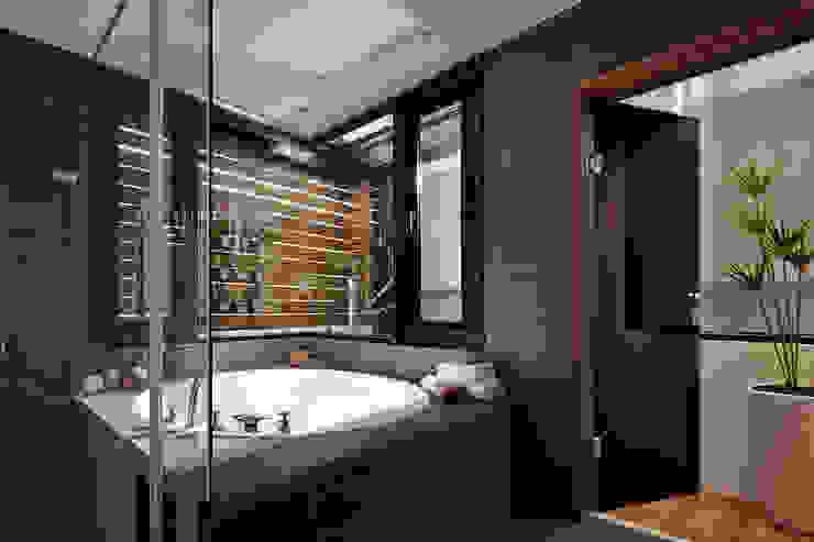 光影交錯的穿透樓梯,屬於都會的樂活休閒宅:  水療 by 合觀設計
