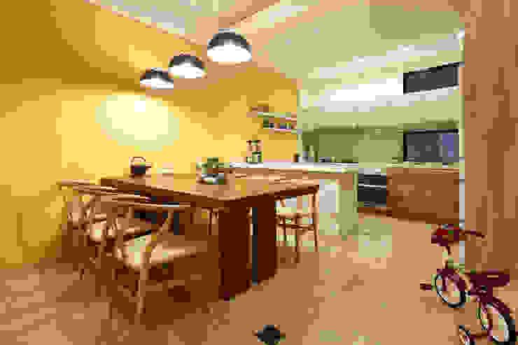 光影交錯的穿透樓梯,屬於都會的樂活休閒宅:  餐廳 by 合觀設計